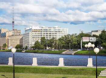 Вид на комплекс со стороны набережной
